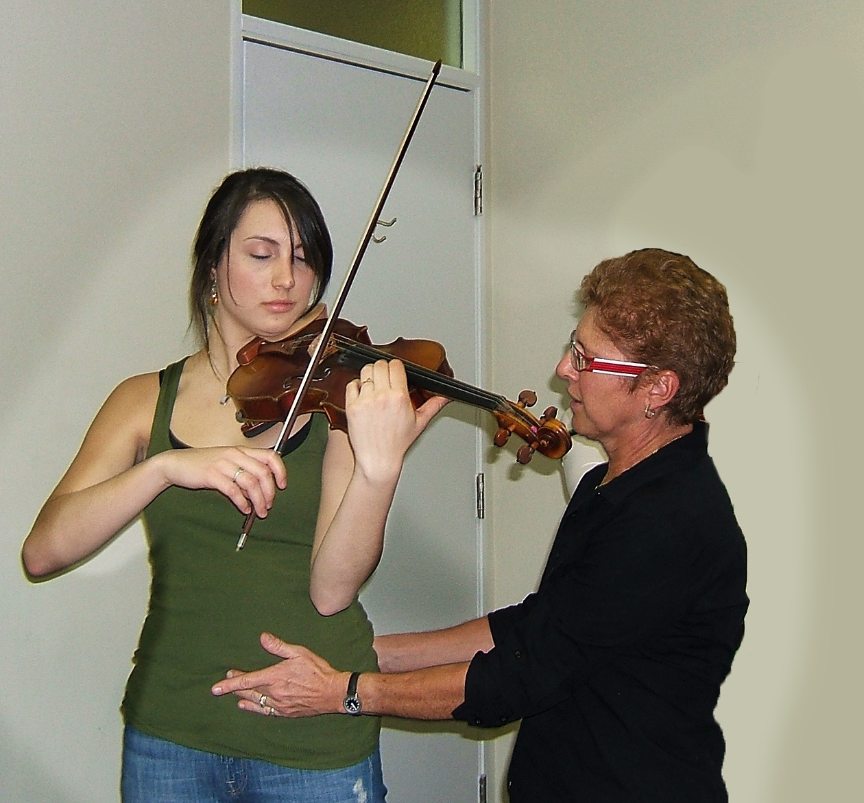 playing a violin while keeping your posture physiotherapy session